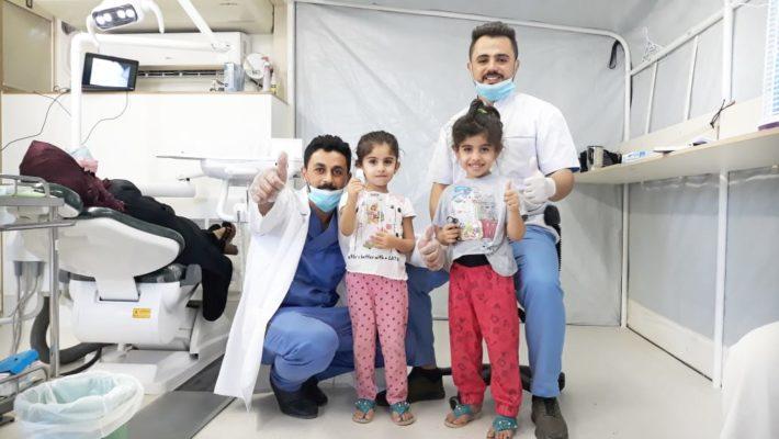 Die Testphase hat gestartet: Glückliche Patienten mit unserm Zahnarzt Dr. Ahmed und Assistenten Salah